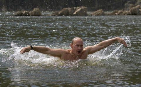 Poetin ploegt door het water
